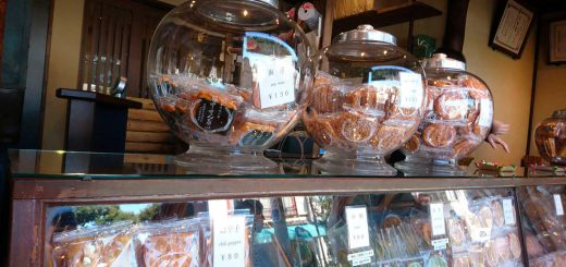 昭和レトロな丸いガラス容器に商品が入れられている